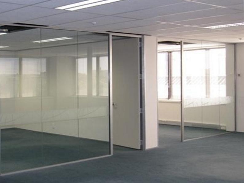 Presklené steny elegantne oddeľujú priestory